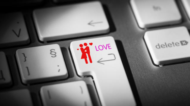 How to Successfully Date Online (4 Online Dating Sites Reviewed)