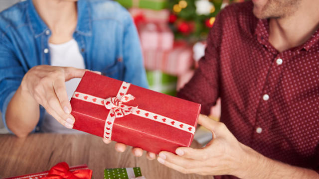Navigating Gift Giving When Newly Dating